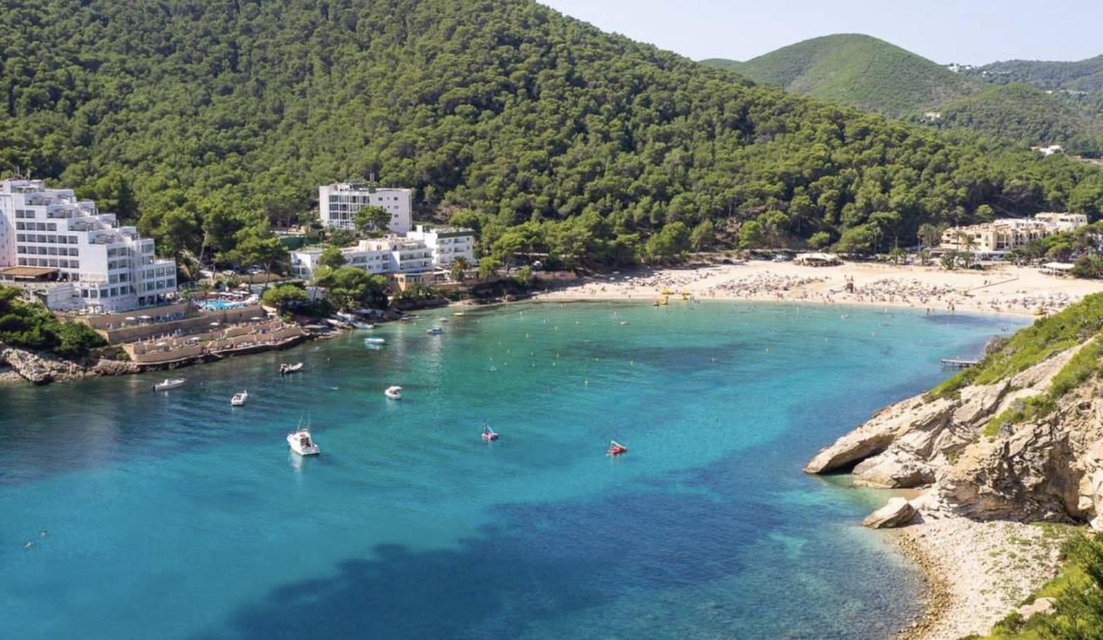 De mooiste stranden van Ibiza - Cala Llonga - een echt familiestrand in het noordoosten van Ibiza.